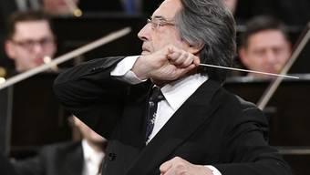 """ARCHIV - Der italienische Dirigent Riccardo Muti (M) leitet das Neujahrskonzert 2018 der Wiener Philharmoniker. Muti will bei zwei Friedenskonzerten eine musikalische Brücke ins vom Krieg zerstörte Syrien schaffen. (zu dpa """"Muti dirigiert Friedenskonzert als Brücke zwischen Europa und Syrien"""") Foto: Hans Punz/APA/dpa"""