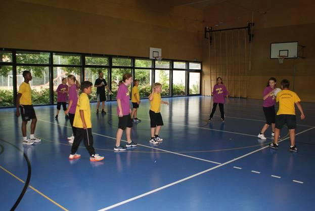 Leimbach (in Pink) gegen Oberglatt im Korbball (1)