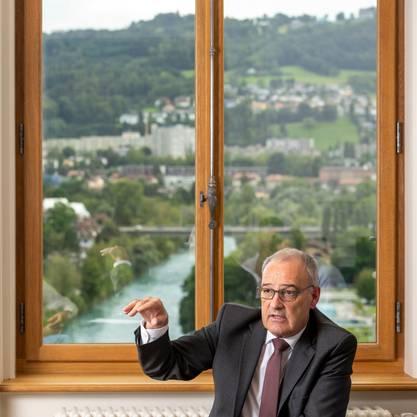 Blick auf die Aare: Guy Parmelin während des Gesprächs im Bundeshaus Ost.