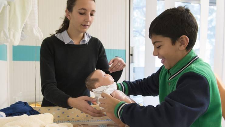 """Knaben werden im Rahmen des Programms """"ein Tag als Profipfleger"""" mit sozialen Berufen vertraut gemacht. (Archivbild)"""