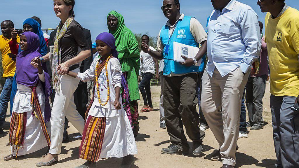 Die Schweiz stockt die Hilfsgelder für Äthiopien auf. Bundespräsidentin Simonetta Sommaruga nimmt bei einem Besuch in einem Flüchtlingslager zwei Mädchen an der Hand.