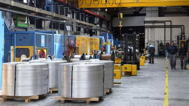 Blick in eine Produktionshalle der Brugg Cables. Wegen fehlender Aufträge fallen 90 Jobs weg.