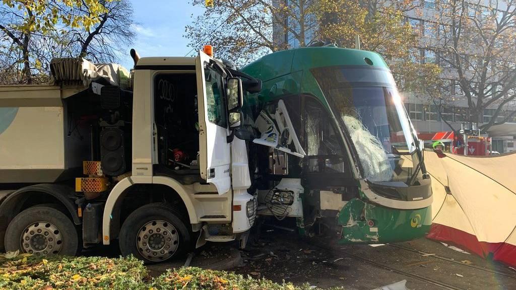 Kollision zwischen einem Lastwagen und einem Basler Tram am 22. November 2019. Letztes Jahr (2018) gab es deutlich mehr Unfälle im öffentlichen Strassenverkehr als in den Jahren davor. (Symbolbild)