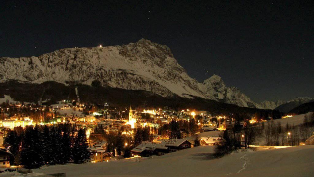 Blick auf das nächtliche Cortina d'Ampezzo im Winter (Archiv)