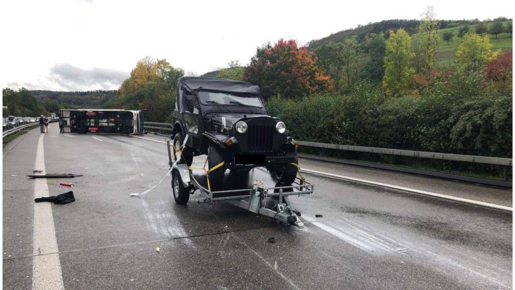 Auto streift Wohnmobil - Wohnmobil kippt