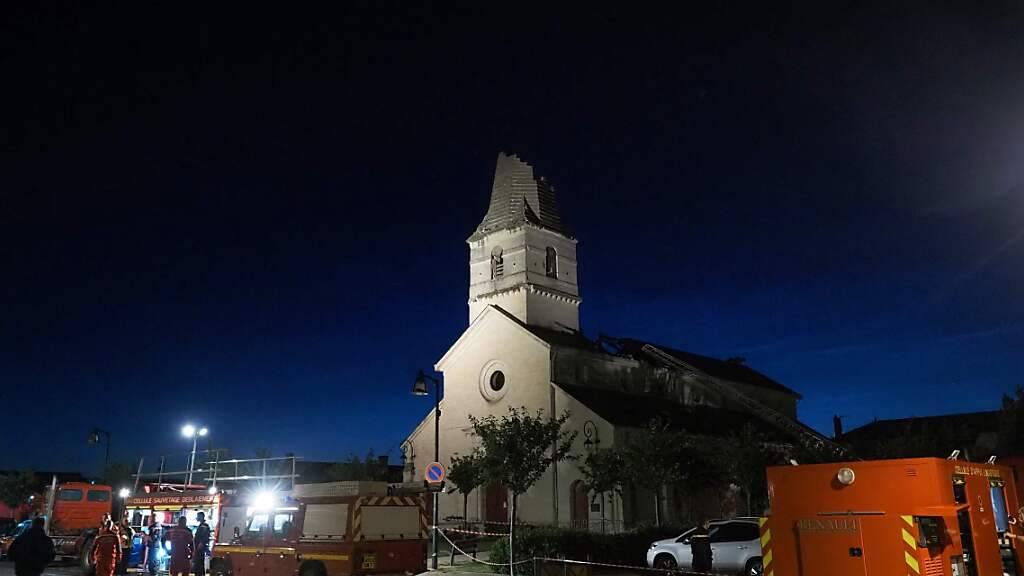 Starkregen, heftiger Wind und Hagel haben in Teilen Frankreichs am Wochenende erhebliche Schäden angerichtet. Ein Tornado riss von einem Kirchturm in der kleinen Gemeinde Saint-Nicolas-de-Bourgueil im Westen des Landes die Spitze ab. Foto: Guillaume Souvant/AFP/dpa Foto: Guillaume Souvant/AFP/dpa