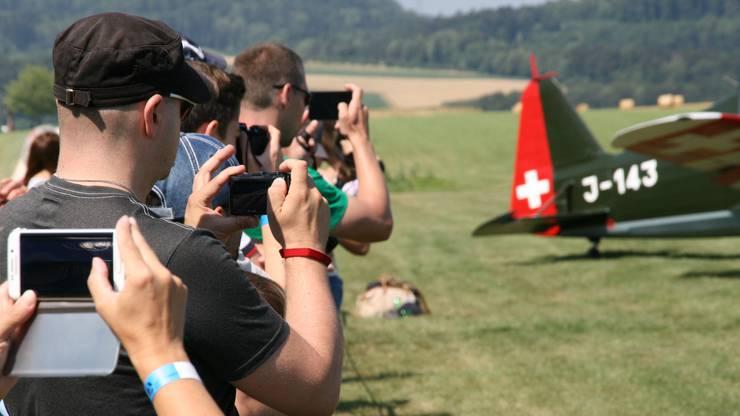 Viele Besucher hielten die Flüge mit ihren Smartphones fest.
