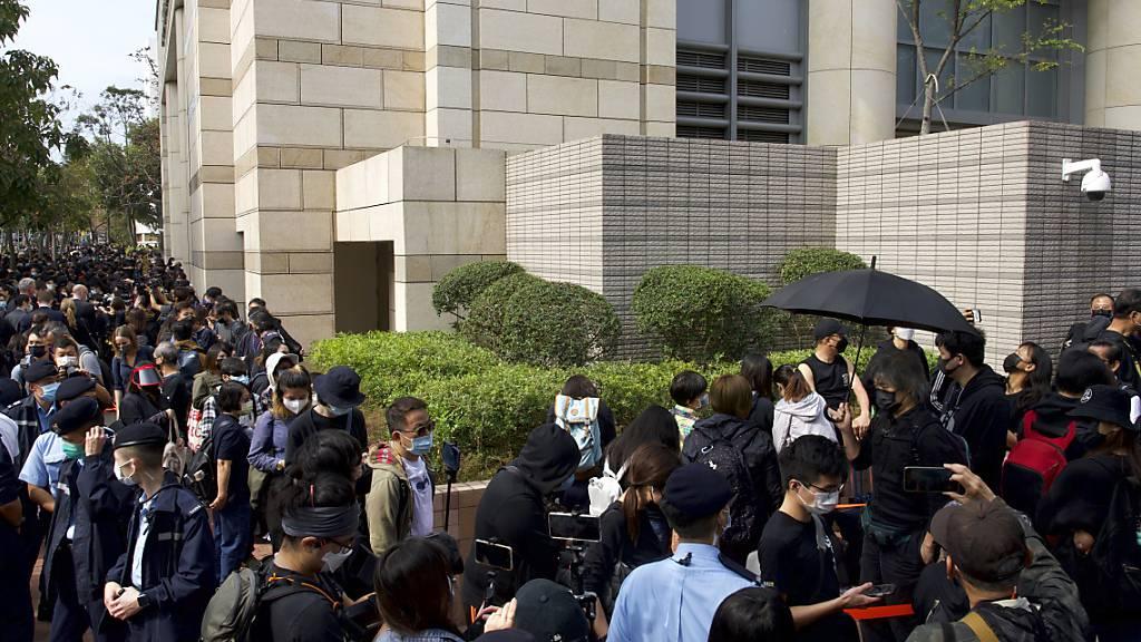 Beklagte kollabiert: Anhörung von Hongkonger Aktivisten vertagt