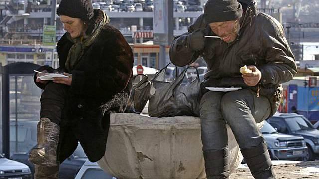 Kein ungewöhnlicher Anblick in Russland: Zwei Obdachlose erhalten Suppe (Archiv)