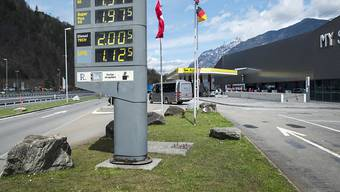 Bei der Gotthard Raststätte an der Autobahn A2 in Uri liefern sich Eishockey-Fans ein gefährliches Scharmützel. (Archivbild)