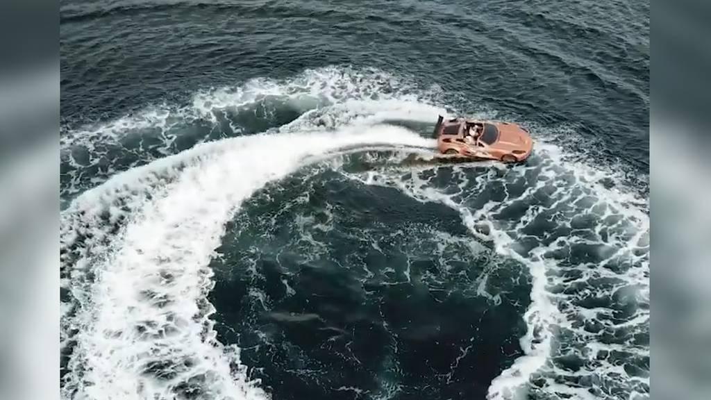 Übers Wasser flitzen wie James Bond: Dieses Motorboot sieht einer Corvette zum Verwechseln ähnlich!