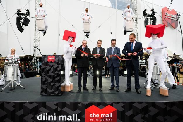 Das rote Band zur offiziellen Eröffnung der Mall of Switzerland wurde vom Luzerner Baudirektor Robert Küng zerschnitten.