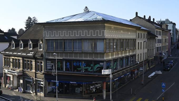 Das Gebäude ist in schlechtem Zustand. Das schon undichte Dach wurde mit Bauplanen abgedeckt.