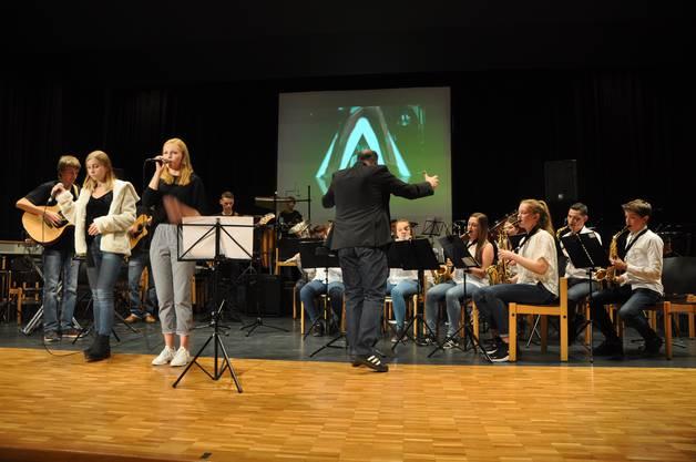 Jugendspiel und Schülerband Solid Groove mit den Sängerinnen Lisa Gully und Deborah Feusi.