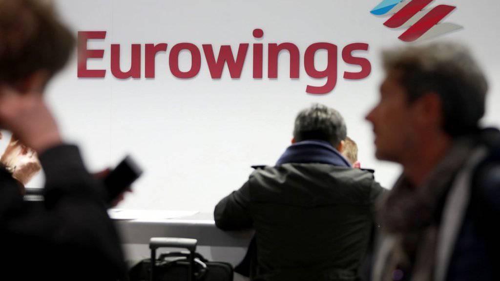 Passagiere vor einem Eurowings-Schalter am Freitag auf dem Flughafen Köln/Bonn. (Archivbild)