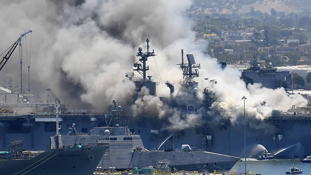 Auf diesem Archivbild vom 12. Juli 2020 steigt Rauch von der USS Bonhomme Richard in San Diego nach einer Explosion und einem Brand an Bord des Schiffes auf dem Marinestützpunkt San Diego auf.