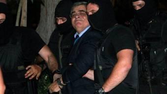 Polizisten führen Nikolaos Michaloliakos ab