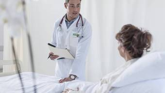 Patientin im Spitalbett (Symbolbild)