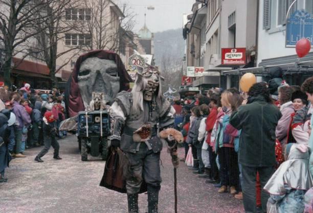 1994 Mit ausgefallenen Masken zogen die Teilnehmer des Umzugs durch die Stadt