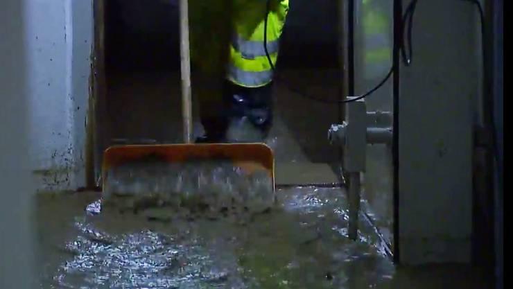 Starke Regenfälle sorgten erneut für Überschwemmungen, so wie Bilder aus Ehrendingen zeigen.