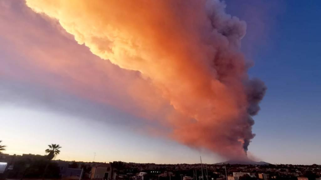 Nach Ausbruch des Ätna Flughafen von Catania weiter gesperrt