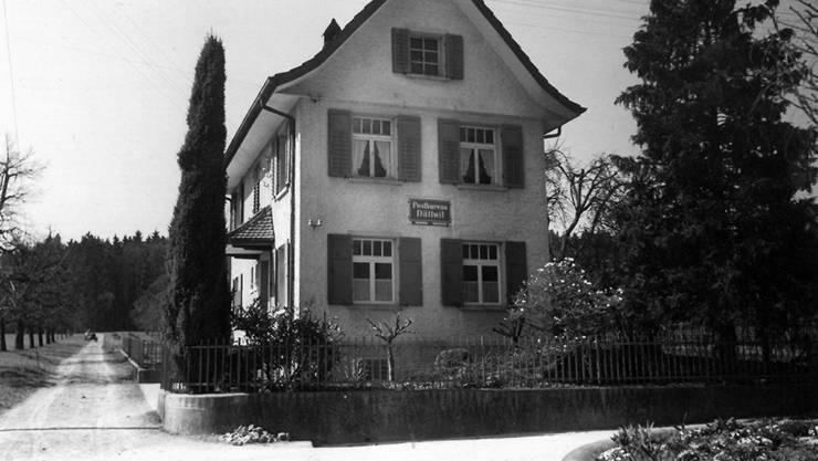 Das alte Postbüro Dättwil, aufgenommen in den 1930er-Jahren. Das Schild hängt heute in der «Whisky Post».