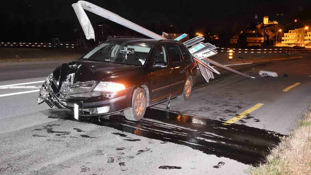 Autofahrerin fährt Tafel und Strassenlaterne über den Haufen