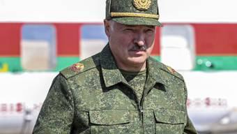 Der weissrussische Präsident Alexander Lukaschenko denkt trotz Grossdemonstrationen der Opposition nicht an einen Rücktritt. Er zeigte sich am Sonntag in Militäruniform und bezeichnete die Demonstranten als Ratten.
