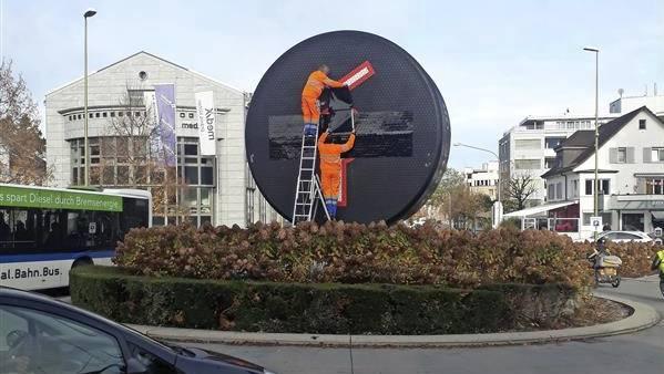 Mitarbeiter der Stadt Kloten überklebten das EHC-Logo gestern mit einer schwarzen Folie.