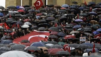 Vor dem Mausoleum von Republikgründer Atatürk versammelten sich trotz heftigen Regens tausende Menschen