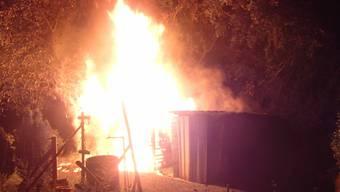Die Brandursache ist noch unklar. Die Kantonspolizei Aargau kann nicht ausschliessen, dass das Feuer vorsätzlich gelegt wurde. Die Ermittlungen sind im Gange.