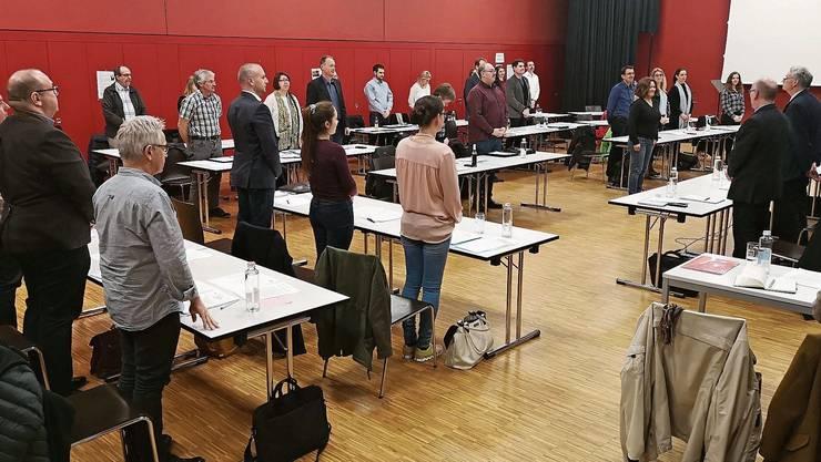 Ungewohnt viel Platz zwischen den Tischen: Der Einwohnerrat Lenzburg gestern bei der Inpflichtnahme von Regula Züger (Grüne).