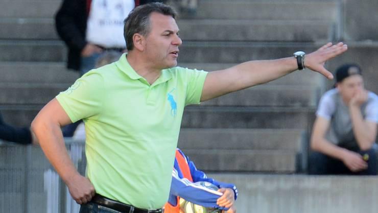 BSC Old Boys-Trainer Marco Chiarelli gibt Anweisungen.