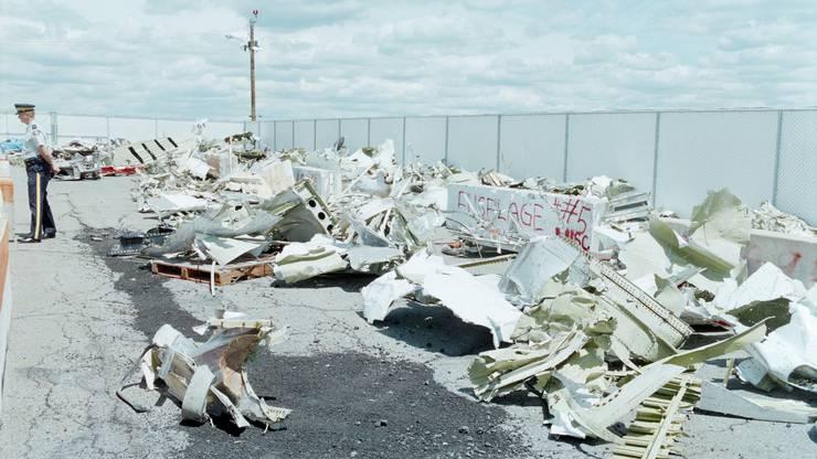 Auf dem Gelände des kanadischen Luftwaffenstützpunktes Shearwater in Halifax liegen die eingesammelten Trümmer hinter Gitterzäunen.