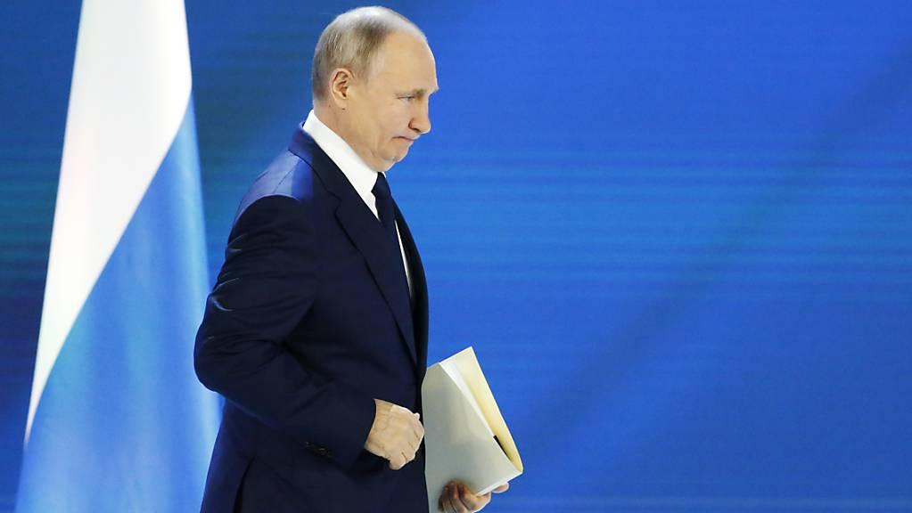 Wladimir Putin, Präsident von Russland, betritt eine Bühne, um seine jährliche Rede an die Nation zu halten. Foto: Alexander Zemlianichenko/AP Pool/dpa