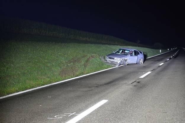 Der Honda geriet nach der Kollision über die Gegenfahrbahn und blieb schliesslich am Strassenbord stehen.