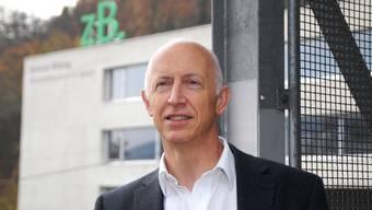 Joseph Sutter, Rektor Weiterbildung des «zB. Zentrum Bildung» – Wirtschaftsschule KV Baden, posiert vor dem grünen Schul-Logo.  wal