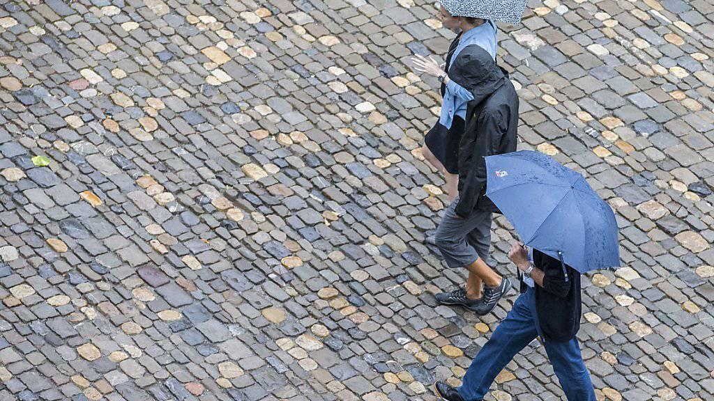Regenschirme sind im Monat September vor allem im Tessin notwendig gewesen, während es auf der Alpennordseite wie bereits im Sommer zu trocken war. (Archivbild)