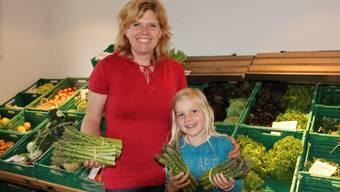 Corinne und Sina Heuberger mit frisch geerntetem Grünspargel im Bözer Hofladen.