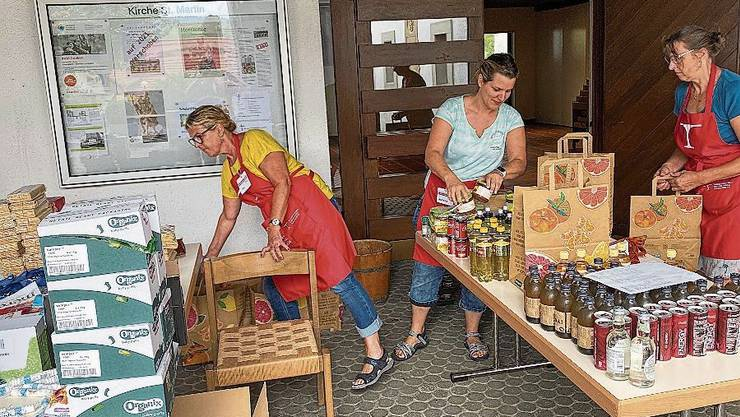 20 Helfende verteilen Lebensmittel bei der Lengnauer Kirche.