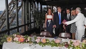 Der französische Starkoch Alain Ducasse (rechts) bittet die Präsidentenpaare Trump und Macron in seinem Restaurant im Pariser Eiffelturm zu Tisch.