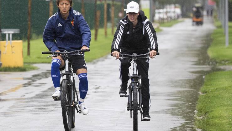 Der japanische Stürmer Yoichiro Kakitani (links) fährt mit seinem Dolmetscher zum Training.