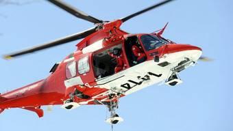 Der Rettungshelikopter rettete den Kletterer mit einer Seilwinde aus dem abschüssigen Gebiet. (Symbolbild)