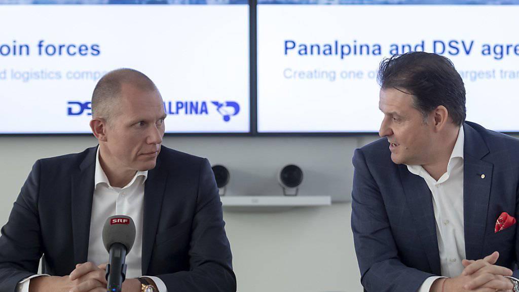 Panalpina verschwindet: Jens Bjoern Andersen, CEO von DSV (links), und Stefan Karlen, bisheriger CEO von Panalpina, an der Pressekonferenz zur Übernahme durch DSV im April 2019.