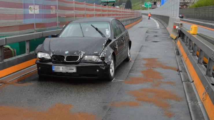Der Unfall auf der A2 ging glimpflich aus: Zwei Mitfahrer erlitten leichte Verletzungen. Weniger Glück hatte das Auto: Es erlitt Totalschaden.