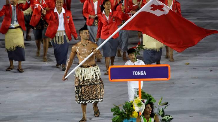 Tongas Fahnenträger Pita Taufatofua zeigt seinen Adons eingeölt an der Eröffnungsfeier