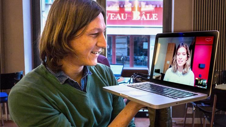 Autor Joël László im Skype-Gespräch mit Co-Autorin Ariane Koch im Unternehmen Mitte.