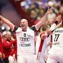 Die ungarischen Spieler freuen sich über den Einzug in die Hauptrunde