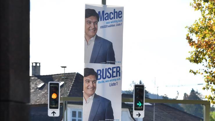 Christoph Busers Plakate sind überall – und verzichten auf das vorgeschriebene FDP-Layout und -Logo.