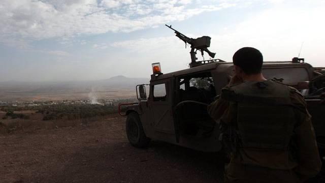 Ein israelischer Soldat beobachtet das Geschehen im benachbarten Syrien (Archiv)